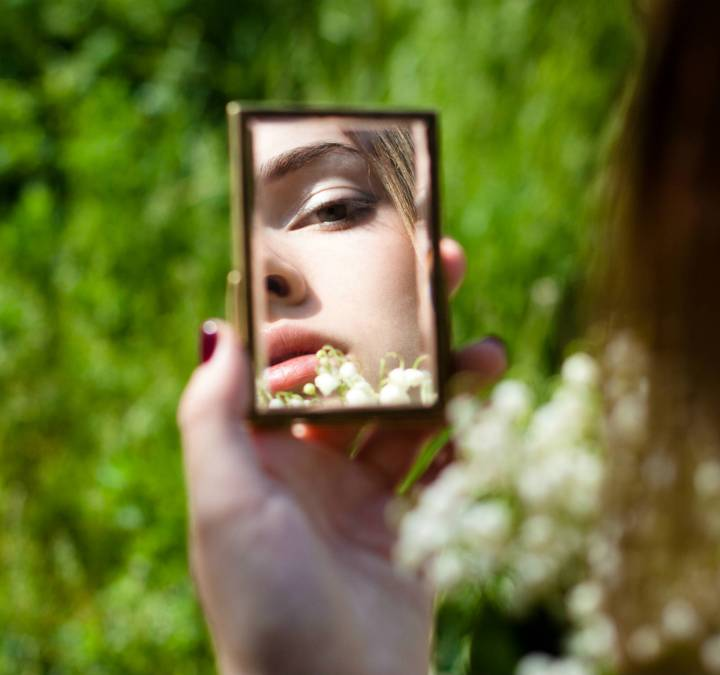 woman-green-mirror