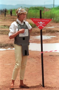 HUAMBO, ANGOLA - JANUARY 15: Diana, Princess Of Wales, Visits A Minefield Being Cleared By The Charity Halo In Huambo, Angola, Wearing Protective Body Armour And A Visor. (Photo by Tim Graham Picture Library/Getty Images)