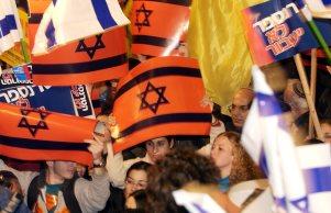 150,000 RIGHT-WING SUPPORTERS DEMONSTRATE AGAINST P.M ARIEL SHARON'S DISENGAGEMENT PLAN, NEAR THE KNESSET IN JERUSALEM. IN PHOTO, DEMONSTRATORS WAVE FLAGS & CARRY SIGNS. äôâðú 150,000 îúðâãé úåëðéú ääúðú÷åú ùì øàù äîîùìä àøé÷ ùøåï îòæä åîöôåï äùåîøåï, îåì îùëï äëðñú áéøåùìéí. áöéìåí, îôâéðéí ðåùàé ùìèéí åãâìéí.