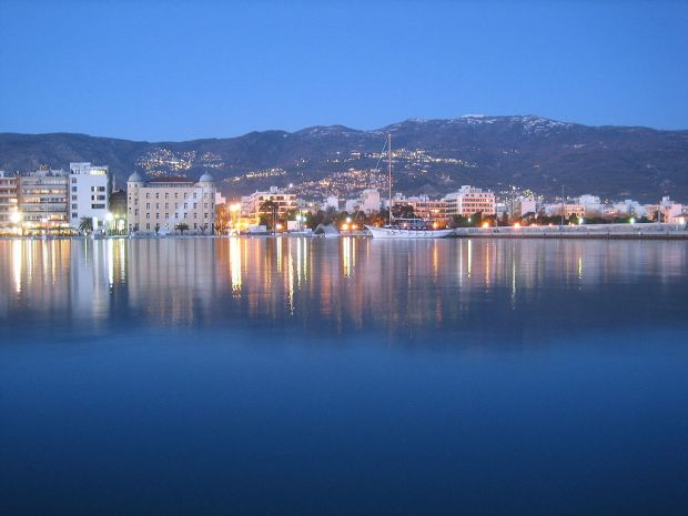 1024px-Volos-bynight