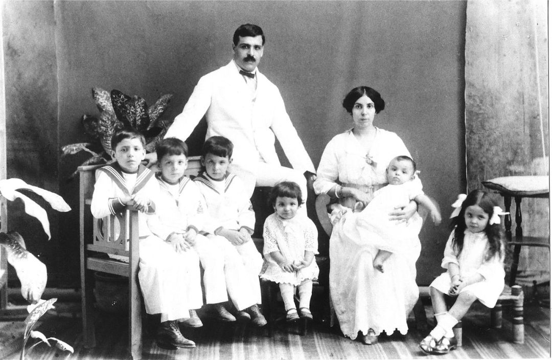 Aristides_and_Angelina_de_Sousa_Mendes_with_their_first_six_children,_1917