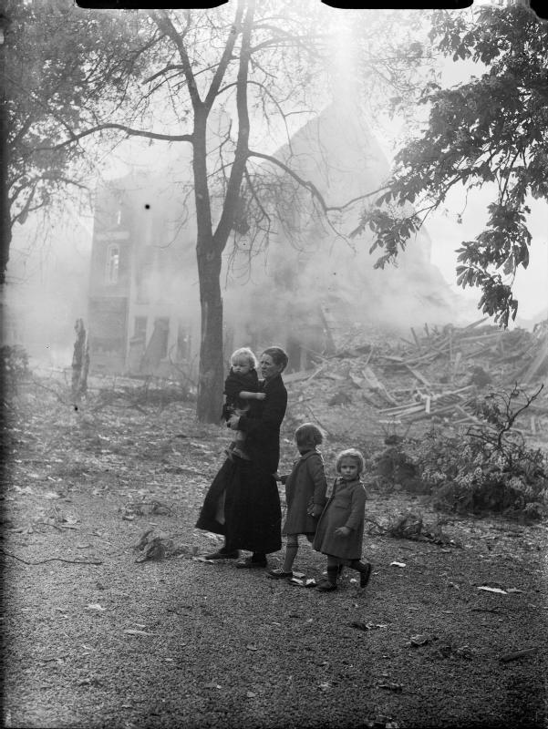 Refugees_in_Belgium,_May_1940_F4499