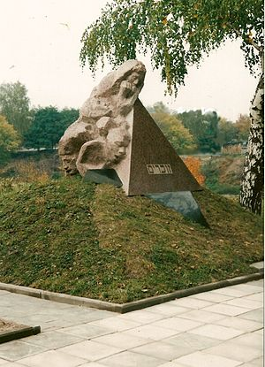 Denkmal_für_die_Opfer_des_Faschismus_auf_dem_Massengrab_für_die_im_2._Weltkrieg_erschossenen_Juden