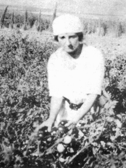 Golda_working_in_kibbutz_Merhavia1