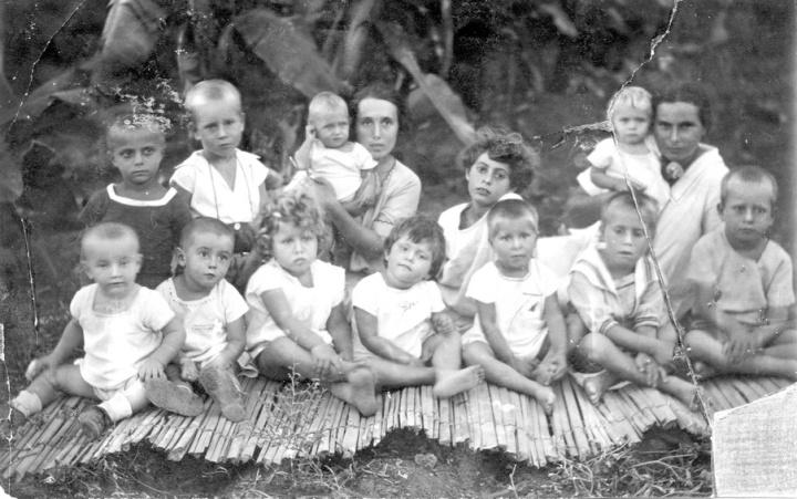 ילדי כנרת בחצר 1927